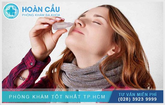 Nhỏ hoặc xịt thuốc Xylobalan vào bên mũi vị bênh