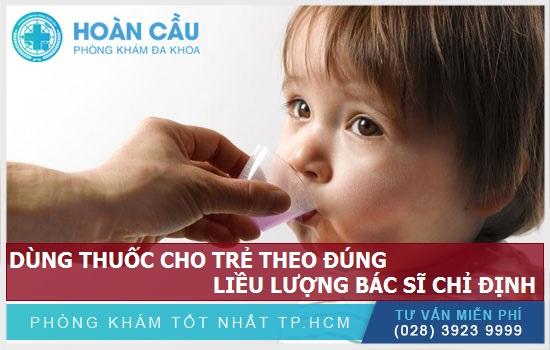 Dùng thuốc cho bé theo đúng liều lượng được bác sĩ chỉ định