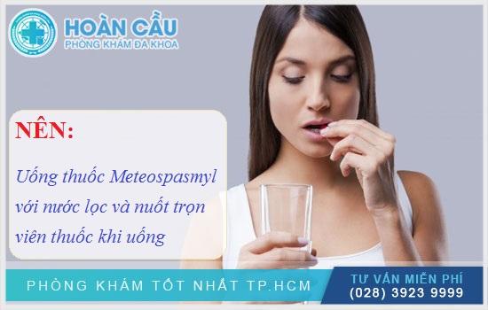 Uống thuốc Meteospasmyl với nước lọc và nuốt trọn viên thuốc khi uống