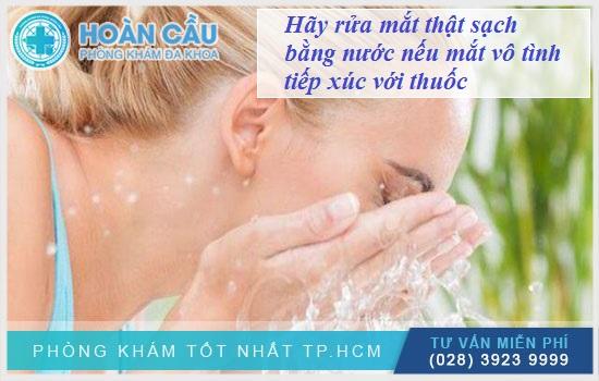 Hãy rửa mắt thật sạch bằng nước nếu mắt vô tình tiếp xúc với thuốc