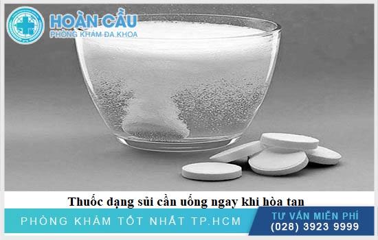 Bạn hãy hòa Paracetamol chung với 120ml nước và sau khi thuốc tan hãy uống hết
