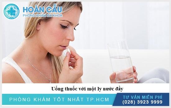 Uống thuốc cùng với nước lọc